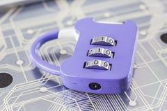 Kombinationshänglås på bakgrund för digitala strömkretsar arkivbild