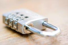 Kombinationsvorhängeschlossabschluß oben mit Chrom nummeriert auf hölzernem backg Lizenzfreies Stockbild
