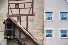 Kombinerat gammalt nytt för husfasad Arkivfoto