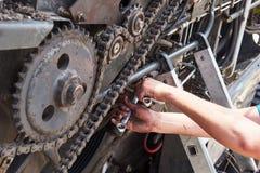 Kombinieren Sie Maschinenservice, den Mechaniker, der draußen Motor repariert Stockbilder