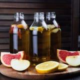 Kombucha med äpplet, grapefrukten och citronen Royaltyfria Foton