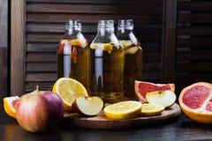 Kombucha med äpplet, grapefrukten och citronen Arkivbilder