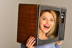 komedi Hållande ögonen på komedifilm komedifilm för lycklig kvinna Komedibegrepp Spendera stor tid arkivfoto