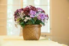 Komediancki purpura kwiat na wazie obrazy stock