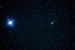 Komeet 21P en Capella sterrenauriga constellatie royalty-vrije stock foto's