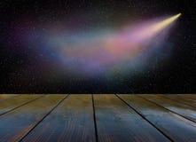 Komeetvliegen in de duisternis van kosmische ruimte stock foto