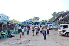 Komen de levensstijl Birmaanse mensen met beroeps dragende bezittingen voor de toerist eerbied aan de Kyaiktiyo-pagode royalty-vrije stock afbeelding