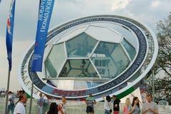 Komentator kabina szkło w postaci futbolu na Wróblich wzgórzach w fan strefie w Moskwa Zdjęcie Royalty Free