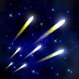 Kometen die door ruimte en sterrige hemel vliegen Stock Foto's