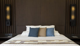 Komfortsängrum dekorerar med kudden arkivfoto