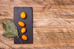 Komhoogtepunt van vers fruitkumquat op de houten achtergrond Stock Afbeelding