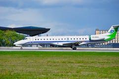 Komiaviatrans状态空气企业巴西航空工业公司145飞机在普尔科沃国际机场登陆在圣彼德堡,俄罗斯 库存照片