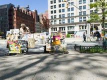 Komiksu sprzedawca opowiada obok Flatiron budynku, nowy York obraz royalty free