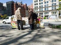 Komiksu sprzedawca opowiada obok Flatiron budynku, nowy York zdjęcie stock