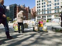 Komiksu sprzedawca opowiada obok Flatiron budynku, nowy York fotografia royalty free
