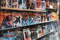 Komiksy na okno handlu detalicznego pokazie Gosh! Komiczki robi? zakupy w Covent Garden, Londyn, UK obrazy stock