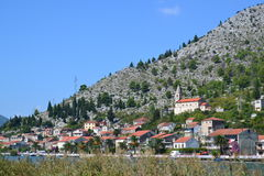 Komin村庄和Neretva河 克罗地亚 免版税库存图片