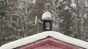 Komin drymba w snowdrift Drewniany dom Zima używać kuchenkę, bielu dym Las na tle zdjęcie wideo