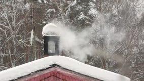 Komin drymba w snowdrift Zima używać kuchenkę, bielu dym Las na tle zbiory