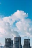 Komin góruje elektrownia jądrowa tło niebieskie niebo kosmos kopii obraz stock