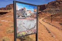 Komin Rockowy Wycieczkuje Trailhead w Capitol rafy parku narodowym Obrazy Stock