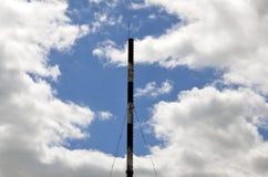 Kominowa parowa drymba przemysłowy zakład produkcyjny pod błękitnym sk zdjęcie stock