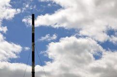 Kominowa parowa drymba przemysłowy zakład produkcyjny pod błękitnym sk obrazy stock