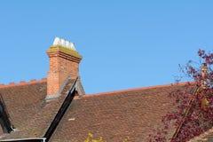 Kominowa sterta w wiktoriański stylu na dachu dom obraz royalty free