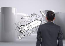 Komische Bleistiftrakete auf abstraktem grauem Hintergrund Stockfoto