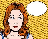 Komische Pop-Art der Rothaarigeschönheit, die seitlich mit Spracheblase und orange Hintergrund schaut lizenzfreie stockfotos