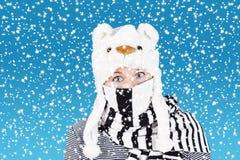 Komische vrouw en zware sneeuw Stock Afbeeldingen
