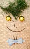 komisk kortjul Gullig garnering med fjäril-bandet och ögon av julbollar Arkivfoton