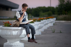 Komisk nerd med exponeringsglas och en bok fotografering för bildbyråer
