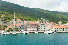 Komiza miasto na wyspy Vis w Chorwacja w Adriatyckim morzu Fotografia Royalty Free