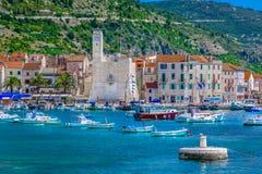 Komiza stad i Kroatien, ökraft Arkivfoto