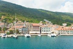 Komiza une ville sur la force d'île en Croatie en Mer Adriatique Photographie stock libre de droits