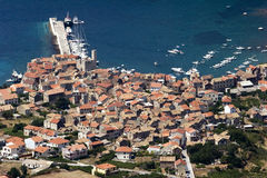 Komiza, vue aérienne sur des bateaux et des maisons, île de force Photo stock