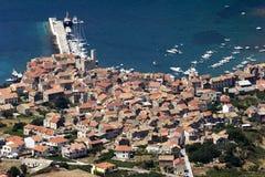 Komiza, widok z lotu ptaka na łodziach i domach, Vis wyspa Zdjęcie Stock