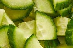 Komkommer aan stukken wordt gesneden dat Stock Afbeeldingen