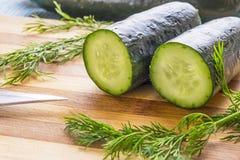 Komkommer die in half landschaps zijdetail wordt gesneden Stock Afbeelding