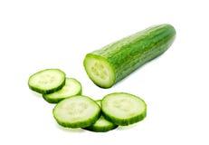 Komkommer en plakken die over witte achtergrond wordt geïsoleerd? stock fotografie