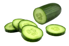 Komkommer en plakken die over witte achtergrond wordt geïsoleerd? stock afbeeldingen