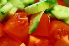Komkommer en tomaat Stock Afbeeldingen