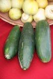 Komkommer en Uien bij een Markt van Landbouwers royalty-vrije stock afbeelding