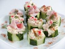 Komkommer met kaasroom die wordt gevuld Royalty-vrije Stock Afbeeldingen
