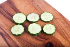 Komkommer op een houten raad Stock Foto