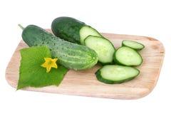 Komkommer op scherpe die raad op wit wordt geïsoleerd Royalty-vrije Stock Foto's