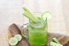 Komkommer smoothie dieet, smoothie detox op zak en houten backgr Stock Afbeeldingen