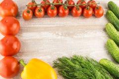 Komkommer, tomaat, peper en venkel op een witte houten achtergrond dichte omhooggaande exemplaarruimte stock afbeelding