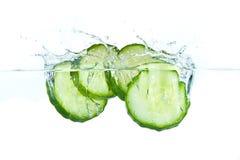 Komkommer in water Stock Afbeeldingen